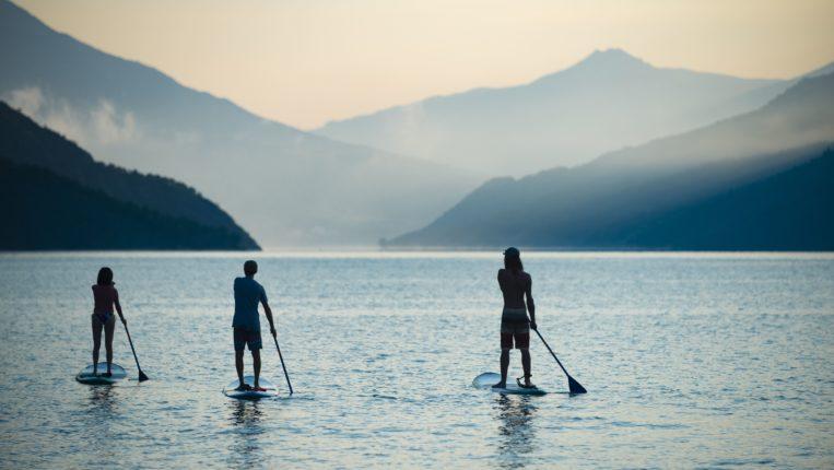Paddle au levé de soleil sur le lac de Serre-Ponçon