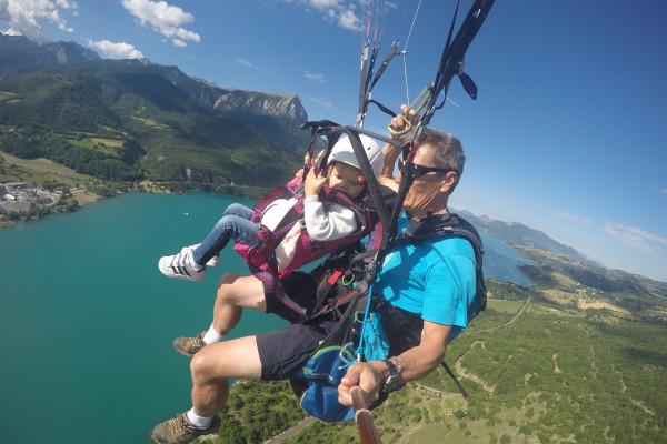 Vol en parapente enfant traversée du lac