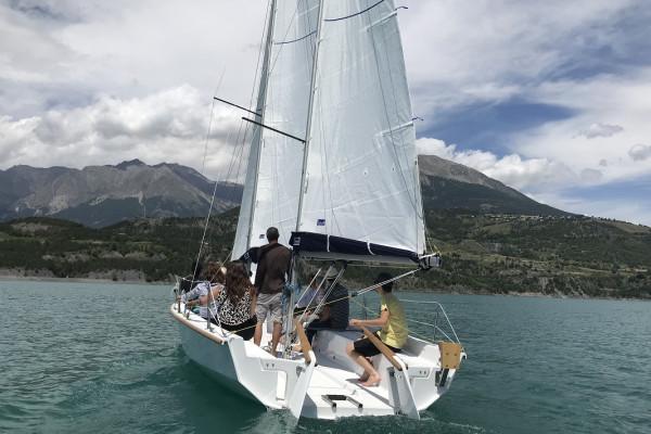 Picnic Terroir en voilier sur le lac Serre Ponçon
